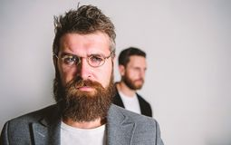 De slijtageoogglazen van mensen knappe gebaarde hipster Ooggezondheid en gezicht Optica en visieconcept Oogglazentoebehoren voor stock afbeelding