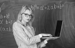 De de slijtageoogglazen van de vrouwenleraar houdt laptop surfend Internet Digitaal technologie?nconcept Opvoeder slimme slimme d royalty-vrije stock afbeelding