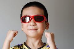 De slijtagezonnebril van de jongen stock foto's