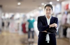 De slimme Aziatische zakenman kiest de winkel van de leerschoen royalty-vrije stock afbeelding