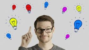 De slimme creatieve mens denkt een idee krijgt, dat omhoog als symbolische gekleurde de vormlampen van de beeldverhaalanimatie ov stock videobeelden