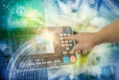 De slimme industrie 4 0, automatisering en gebruikersinterfaceconcept: gebruiker die aan een tablet verbinden en gegevens ruilen stock fotografie