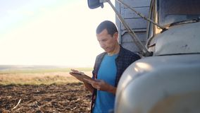 De slimme landbouw E langzame geanimeerde video Portretzakenman stock videobeelden