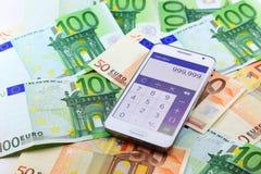De slimme mobiele toepassing van de telefoon open calculator met euro bankbiljetten op achtergrond Royalty-vrije Stock Afbeeldingen