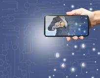 De slimme telefoon bij het scherm heeft een bedrijfsvrouw royalty-vrije stock fotografie