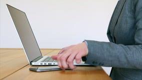 De slimme telefoon van de onderneemster gebruikende laptop en bij bureau stock videobeelden
