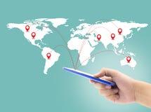 De slimme telefoon van de mensenholding met wereld sociale media netwerkverbinding Stock Fotografie