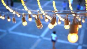 De slinger van festival gloeilampen het hangen over gebeurtenisplaats stock video