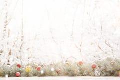 De slinger van de Kerstmisspar op houten raad op venstervensterbank over het parkachtergrond van de aard sneeuwende boom met exem Royalty-vrije Stock Afbeelding