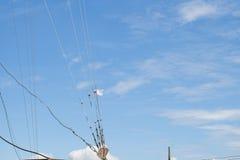 De slinger van de plastic zakstok zet antenne met blauwe hemel met wolk op, Stock Fotografie