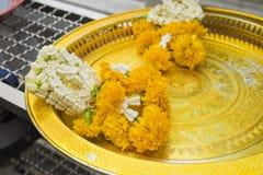 De slingers van de bloem in Thaise stijl Boeddhismedienstenaanbod royalty-vrije stock foto