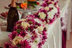 De slingers van donkere roze en witte chrystanthemums worden gemaakt die liggen op Royalty-vrije Stock Fotografie
