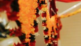 De slingers van exotische bloemen worden gemaakt hangen van het plafond dat stock video