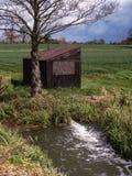 De Sloot van de drainage en het Huis van de Pomp Royalty-vrije Stock Foto's