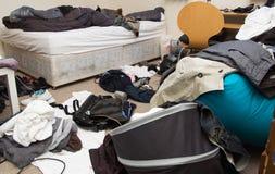 De slordige ruimte van de slaapkamer