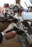 De slotenmaker in workshop maakt nieuwe sleutel Beroeps die sleutel in slotenmaker maken Persoon die maakt en sleutels en sloten  Royalty-vrije Stock Afbeeldingen