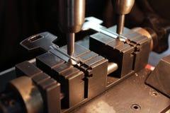 De slotenmaker in workshop maakt nieuwe sleutel Beroeps die sleutel in slotenmaker maken Persoon die maakt en sleutels en sloten  Stock Foto