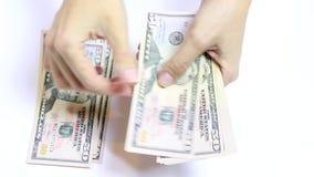 De Slowmovideo van vrouwelijke handen die geld op wit tellen, int dichte omhooggaand van vijftig dollarsrekeningen stock footage