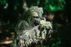 De sluipschutter draagt ghillie kostuum Royalty-vrije Stock Foto's