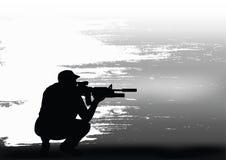 De sluipschutter treft voor het schieten voorbereidingen Stock Fotografie