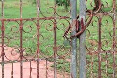 De sluitende deuren om openingen door iemand buiten de eigenaar te verhinderen moeten worden gesloten stock afbeeldingen