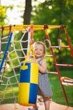 De små behandla som ett barn flickan som spelar på den utomhus- lekplatsen royaltyfria bilder