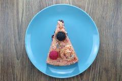 De smakelijke cake met aardbeien, braambessen en kleurrijk bestrooit op de groene plaat en de kleurrijke aardbeijam royalty-vrije stock foto's