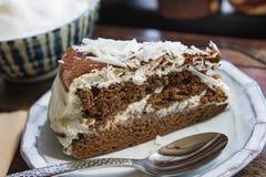 De smakelijke cake van de chocoladecake in koffiewinkel, donkere chocoladecake Stock Foto