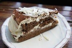 De smakelijke cake van de chocoladecake in koffiewinkel, donkere chocoladecake Royalty-vrije Stock Foto's