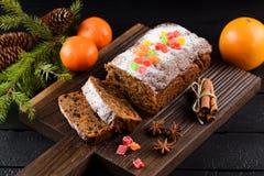 De smakelijke die cake van het chocoladefruit met gekonfijte vruchten wordt verfraaid, clemen Stock Foto's