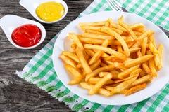 De smakelijke frieten op plaat, sluiten omhoog Stock Afbeelding