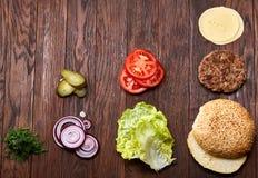 De smakelijke hamburgeringrediënten worden hierboven opgemaakt gescheiden van, prachtig eensgezind, close-up, hoogste mening stock fotografie