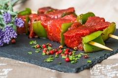 De smakelijke kebabs van het rundvleeslapje vlees met groenten stock foto's