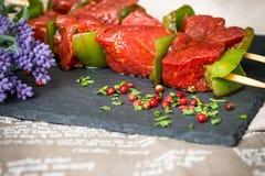 De smakelijke kebabs van het rundvleeslapje vlees met groenten Royalty-vrije Stock Afbeelding