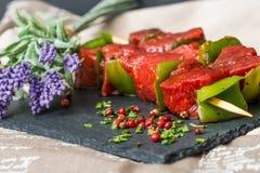 De smakelijke kebabs van het rundvleeslapje vlees met groenten Royalty-vrije Stock Foto's