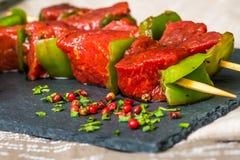 De smakelijke kebabs van het rundvleeslapje vlees met groenten Stock Fotografie