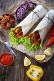 De de smakelijke omslagen en ingrediënten van flatbreadshawarma Stock Foto