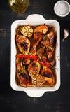 De smakelijke oven bakte gouden kippentrommelstokken in een bakselschotel royalty-vrije stock foto