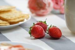 De smakelijke, rode aardbei ligt op een lichte achtergrond stock foto