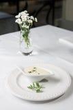 De smakelijke saus of het wit van Bechamel, met vers groen Stock Foto