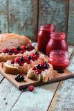 De smakelijke toosts van Ciabatta van het de zomerontbijt met eigengemaakte framboos stock fotografie