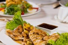 De smakelijke Versierde Sappige Schotel van het Kippenvlees stock fotografie