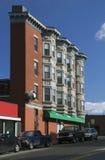De smalle bouw met flatgebouwen met koopflats, Zuid-Boston, Massachusetts, de V.S. Royalty-vrije Stock Foto's