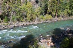 De Smalle Maatspoorweg van Durango aan Silverton die Rocky Mountains door de Rivier Animas in Colorado de V.S. doorneemt Royalty-vrije Stock Afbeeldingen