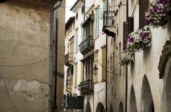 De smalle stegen en de bloemrijke de lentebalkons in Asolo, een Italiaanse stad van Venetiaanse oorsprong royalty-vrije stock fotografie
