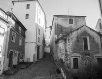 De smalle straat die tot de Universiteit van Coimbra leiden stock afbeelding