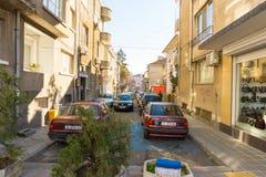 De smalle straat in het centrum van Bulgaarse Bourgas Stock Foto