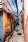 De smalle straat tussen oud stock afbeeldingen