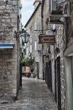 De smalle straten van de oude stad van Budva trekken altijd toeristen aan Stock Foto