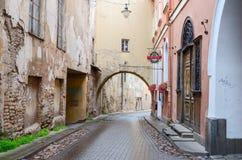 De smalle straten van de Oude Stad, Vilnius, Litouwen Royalty-vrije Stock Fotografie